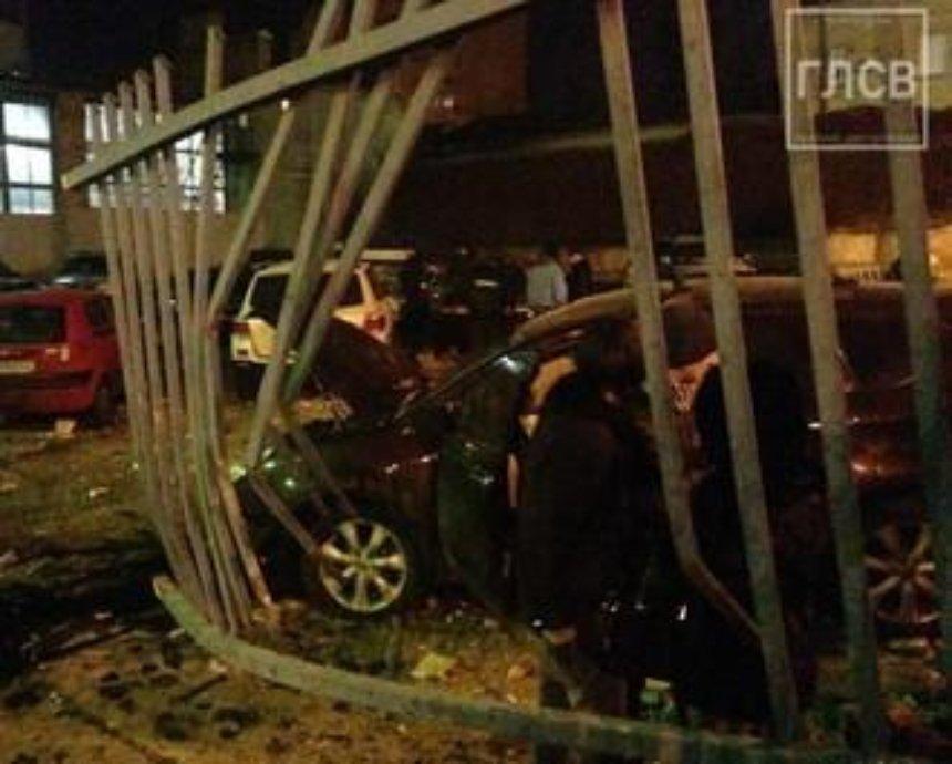 В Киеве машина на скорости снесла металлический забор (фото)