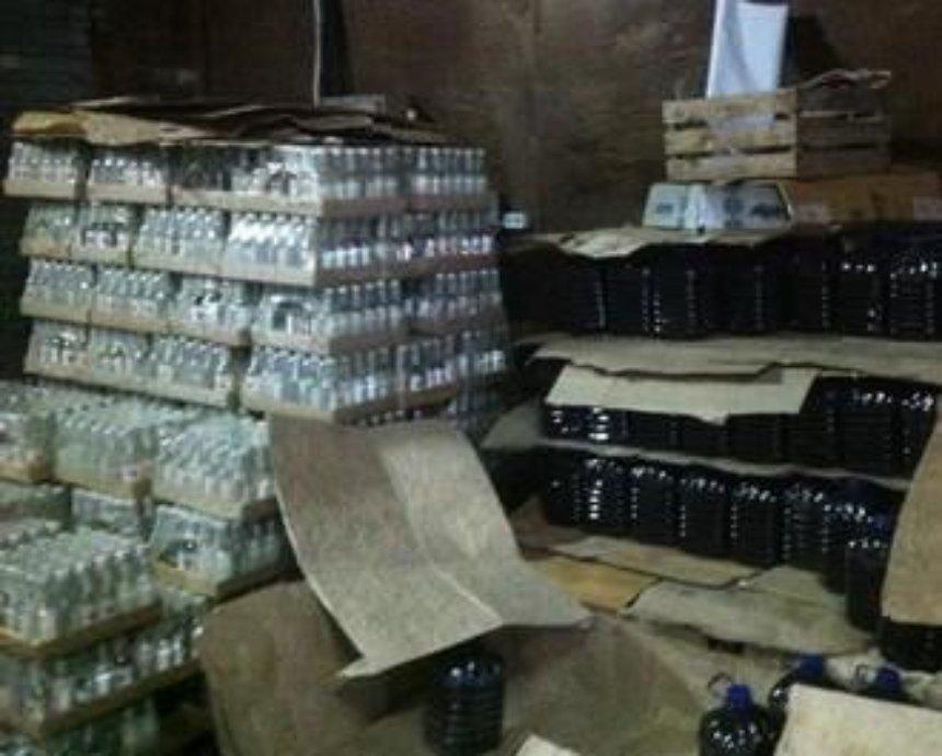 В Киеве нашли склад фальшивой водки и коньяка (видео)