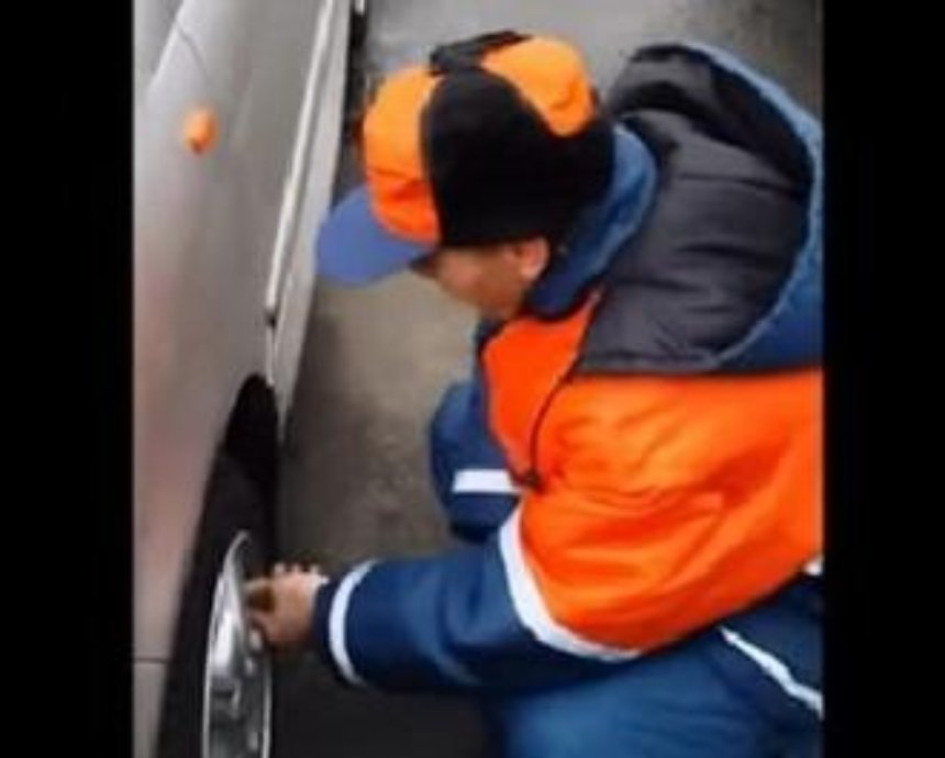 Уволен киевский парковщик, которого поймали за спусканием колес