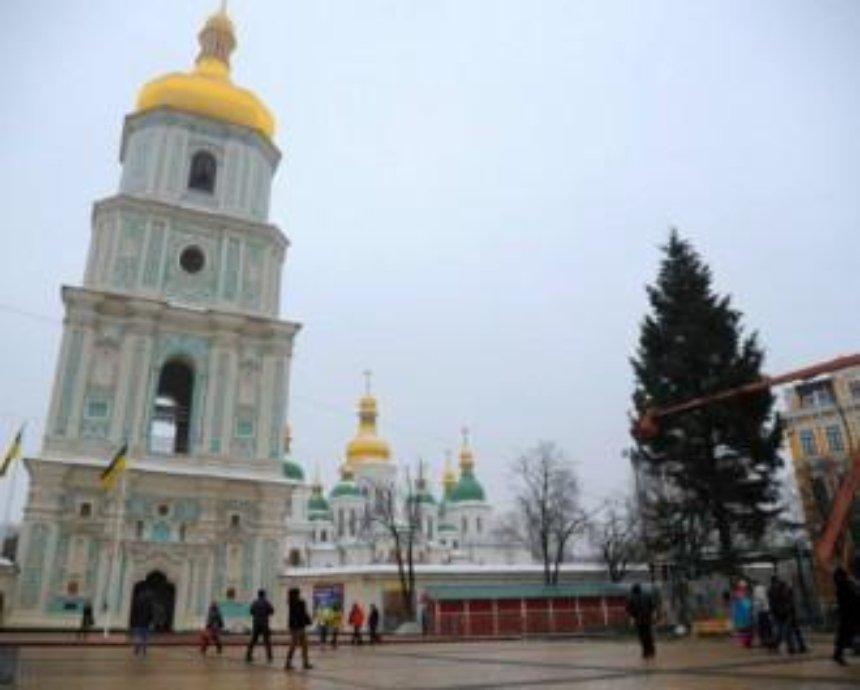 На Софийской площади разбирают главную елку Киева