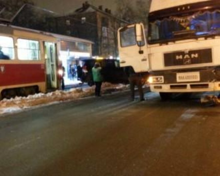 На Дорогожичах произошло ДТП с трамваем, фурой и BMW (фото)