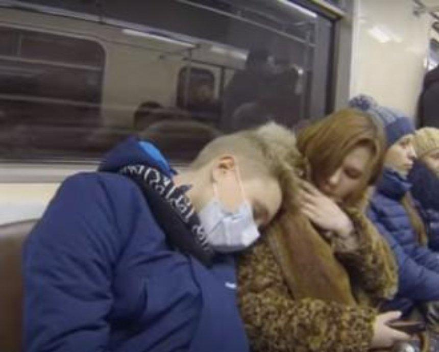 """Киевляне посмеялись в метро над """"гриппозной"""" паникой (видео)"""