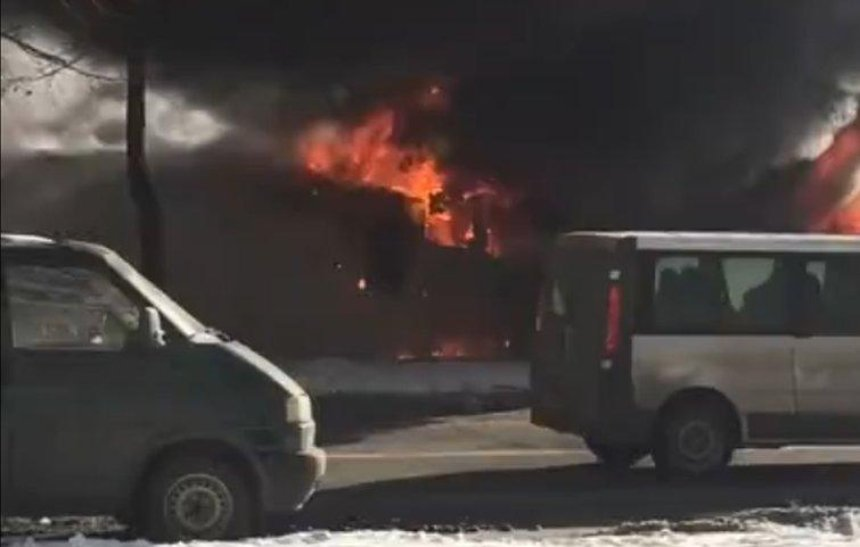 Все в дыму: на Харьковском массиве горели киоски (видео)
