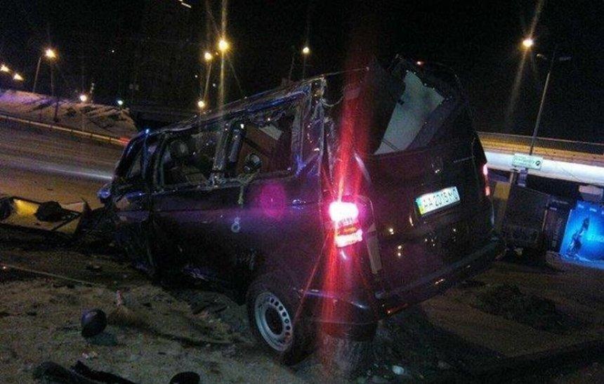 Пошел на таран: на Харьковском пьяный водитель попытался въехать в станцию метро (фото)