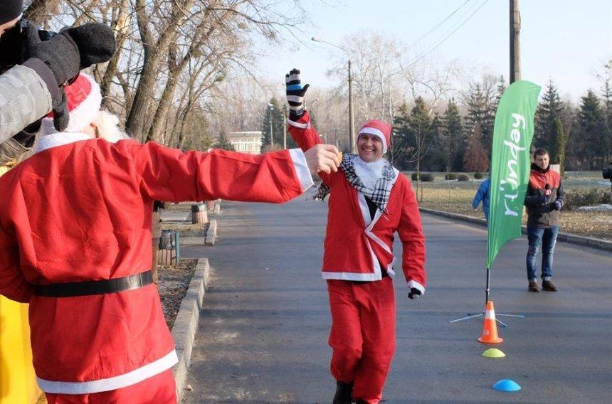 Празднично и спортивно: как в Киеве прошел забег Санта-Клаусов (фото)