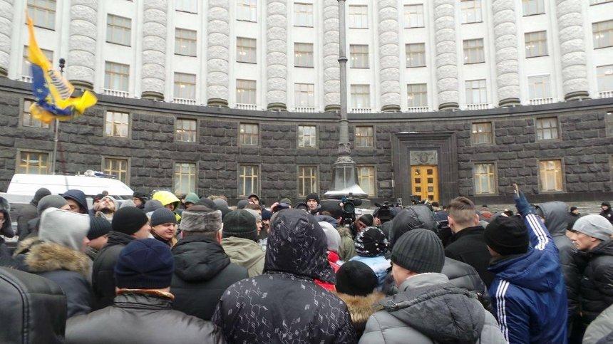 Протест на колесах: активисты, перекрывшие въезды в Киев, продолжили акцию под Кабмином (фото)