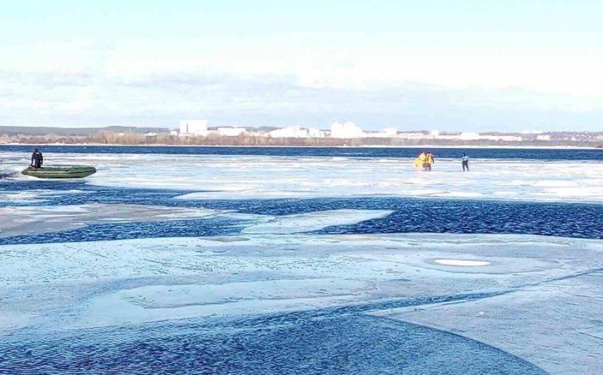 Приплыли: три десятка рыбаков унесло на льдине по Днепру