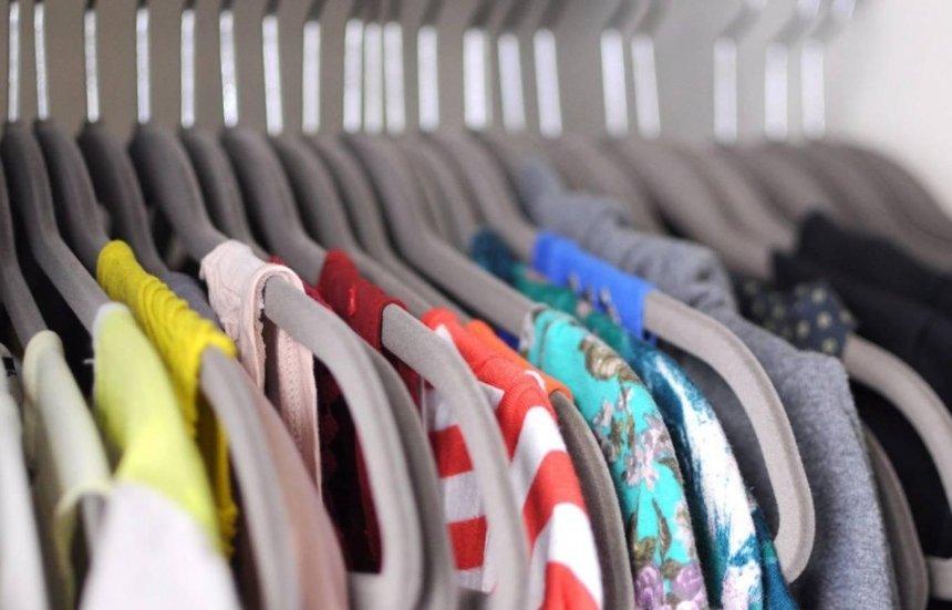 Ненужных вещей не бывает: в Киеве открыли банк одежды для бедных