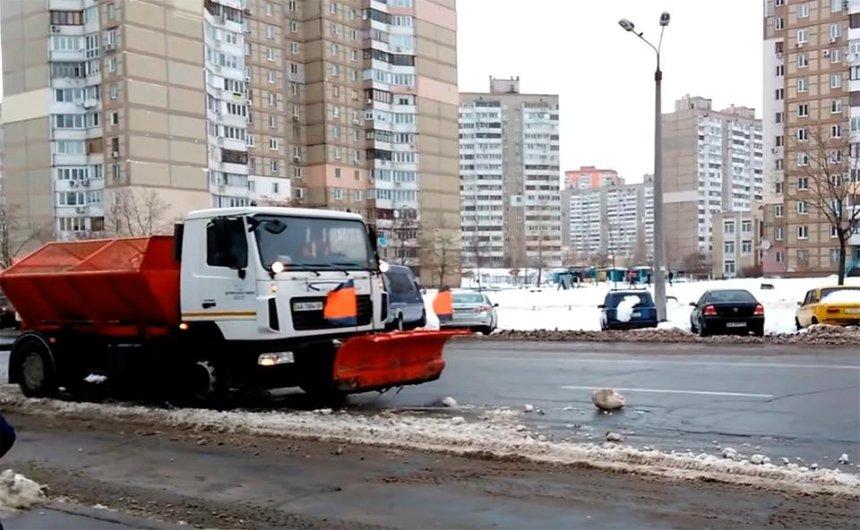 И так сойдет: на Троещине снегоуборочные машины засыпали снегом чистую дорогу (видео)