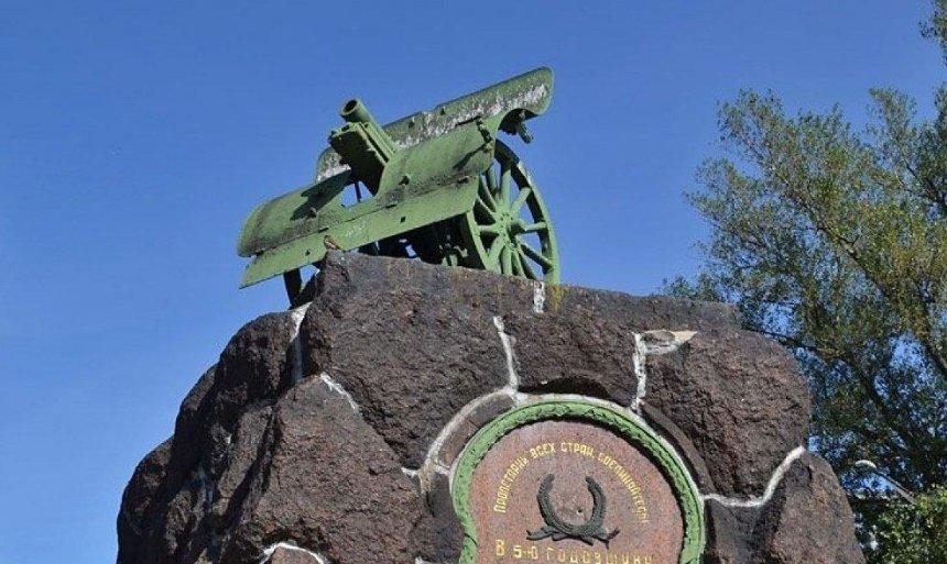 Прощай, оружие: в столице демонтируют еще один коммунистический памятник