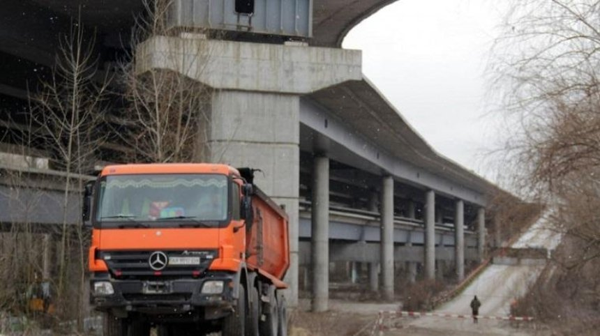 В Киеве возобновилось строительство Подольского моста (фото)