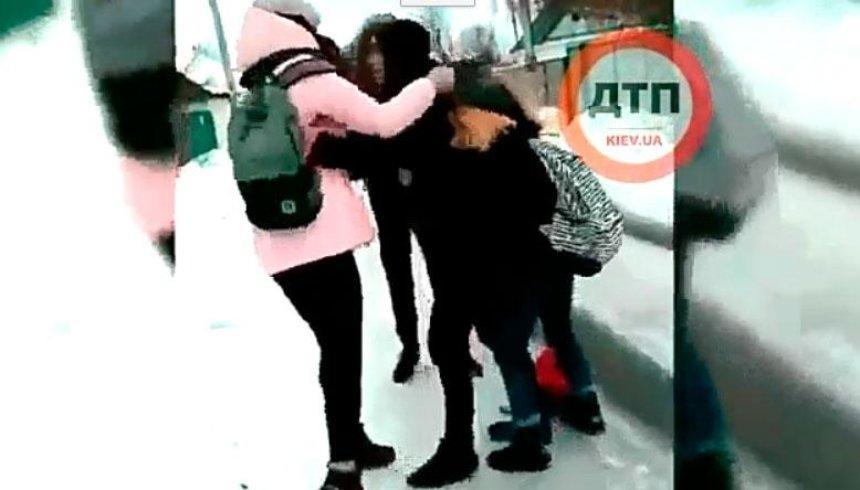 На Киевщине школьница избила ровесницу (видео)