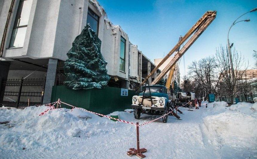 Скинотеатра «Зоряный» сняли фасад (фото, видео)