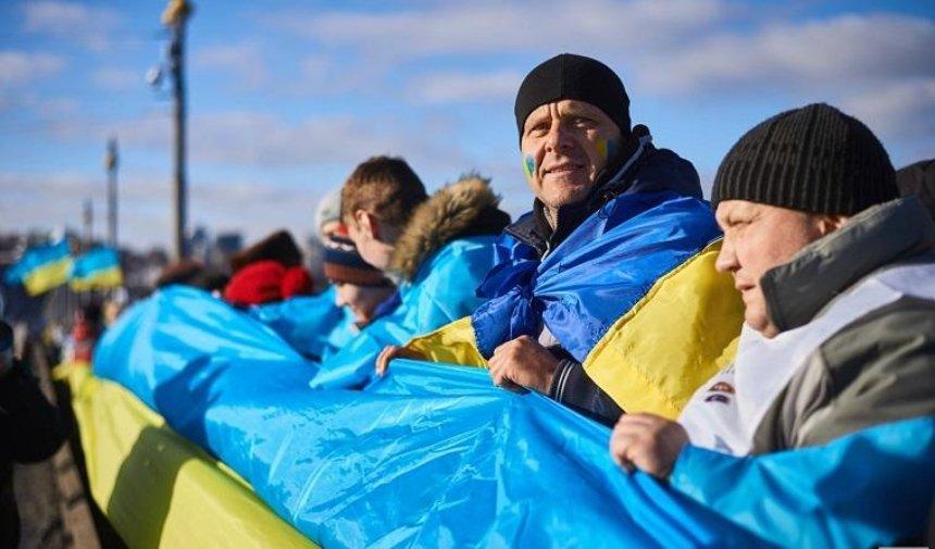 На мосту Патона развернут огромный флаг Украины