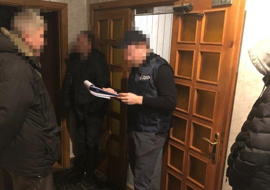 Требовал деньги за проверку без претензий: под Киевом налоговика задержали на взятке
