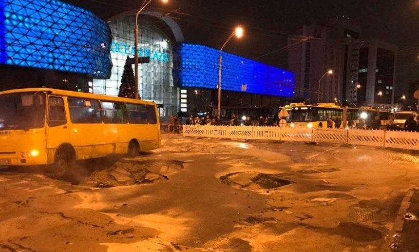 Прорыв трубы возле Ocean Plaza: на улице Антоновича ограничили движение транспорта