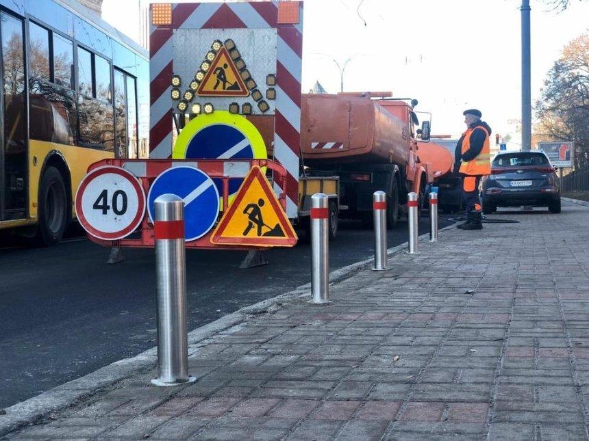 В Печерском районе дорожники установили антипарковочные столбики (фото)