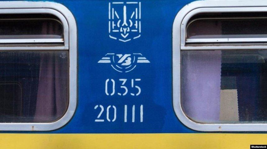 Попросил не курить в тамбуре: пассажиры поезда побили проводника за замечание
