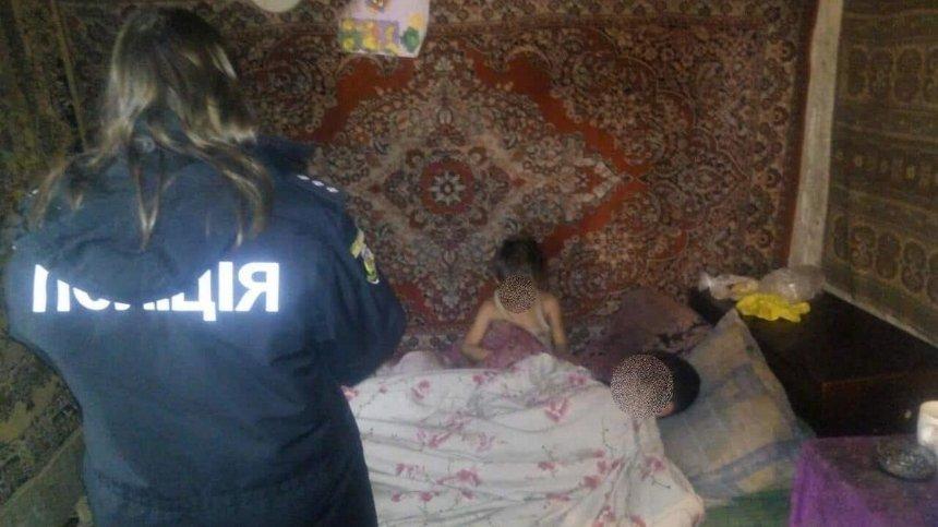 Под Киевом мать бросила детей в холодном доме без еды