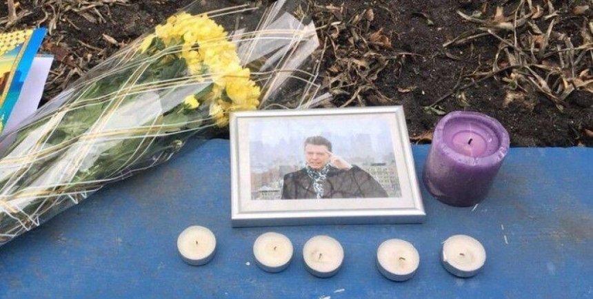 В память о Дэвиде Боуи украинцы принесли цветы к британскому посольству