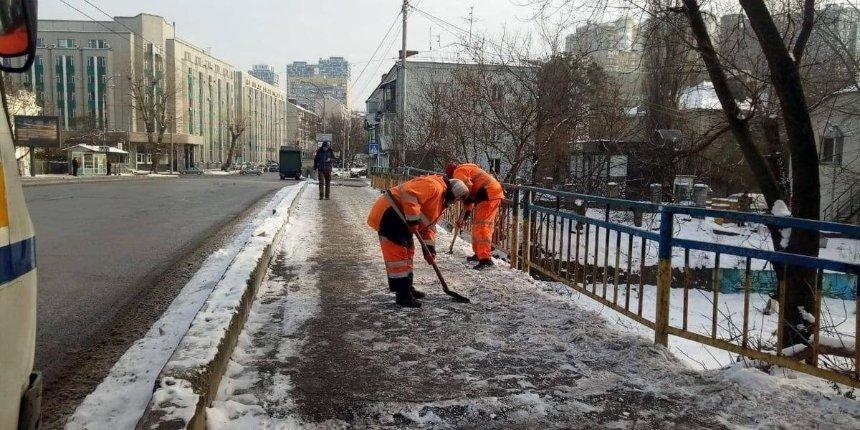 ВКиеве потеплело: коммунальщики обрабатывают дороги итротуары против гололеда