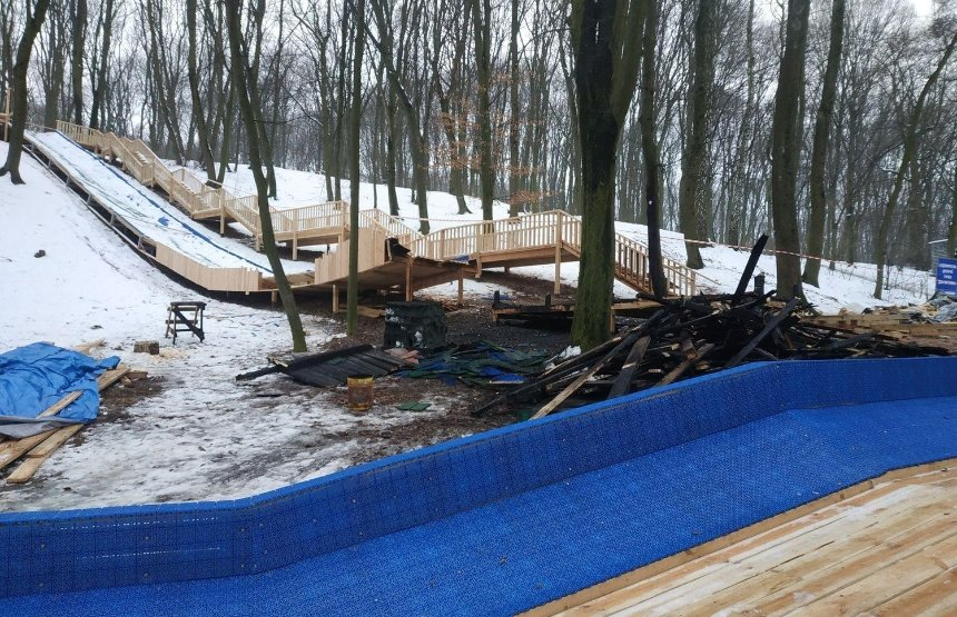 В Голосеевском парке частично сгорел аттракцион, против которого выступают местные жители