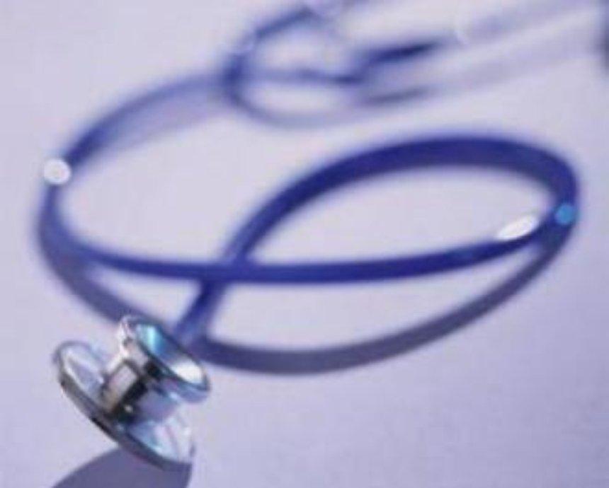 Врачей в больницы будут завлекать надбавками и жильем