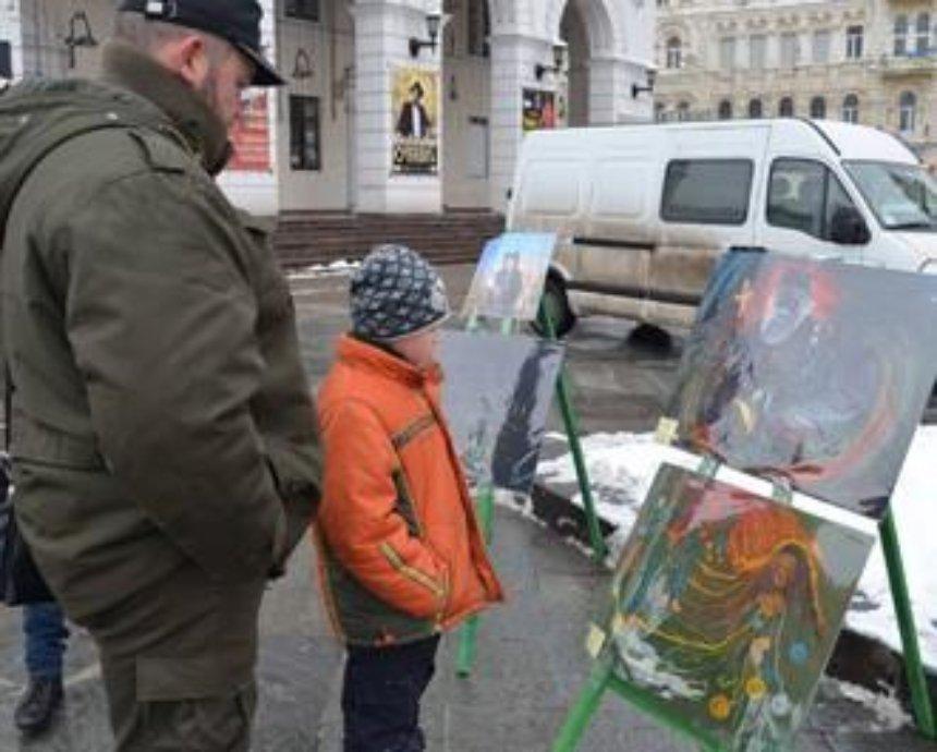 На Майдане Независимости состоялась выставка картин, нарисованных в зоне АТО (фото)