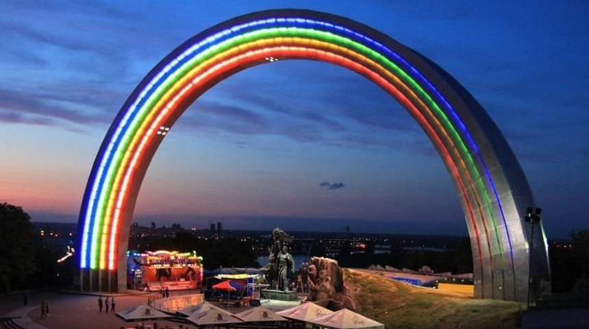 Кияни пропонують повернути «Слона» на місце арки Дружби народів