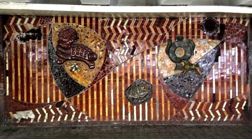 Бронзовый барашек и цветок: в переходе на Майдане стали видны оригинальные мозаики (фото)