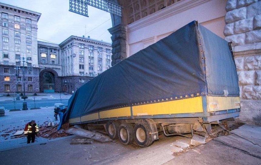 На тротуар Крещатика вылетела фура с кирпичами (фото, видео)