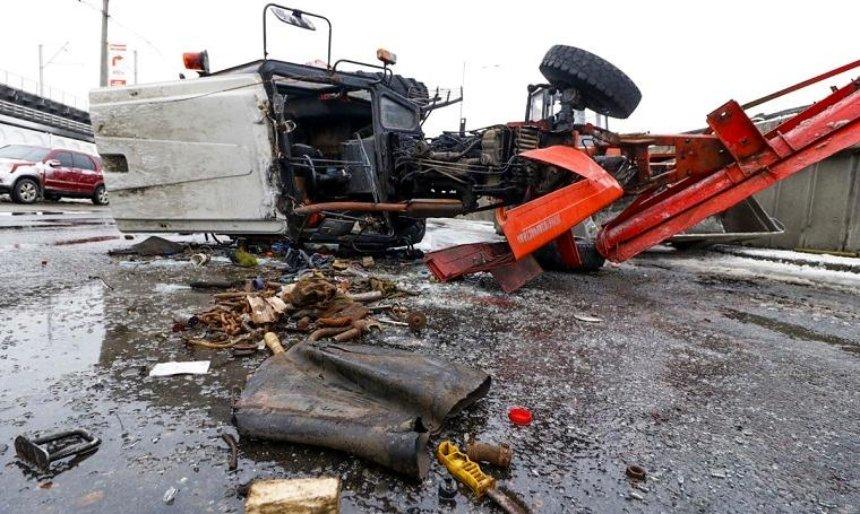 В Киеве грузовик снес с моста снегоуборочный трактор (фото)