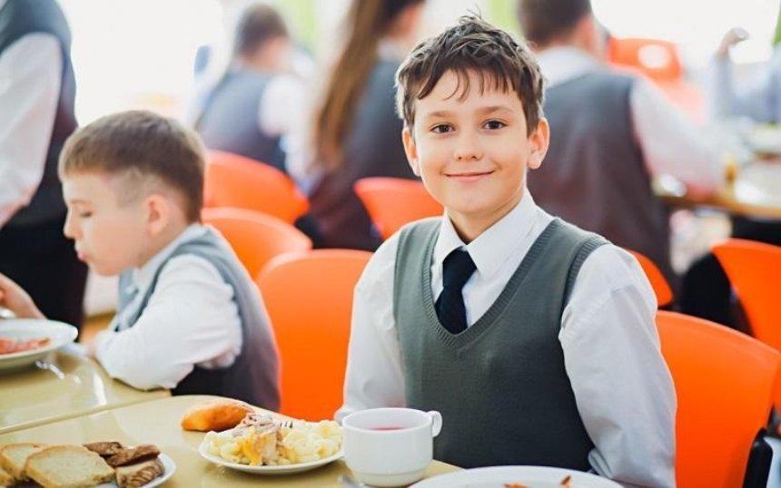 Столичных школьников будут кормить блюдами по рецептам шеф-повара (видео)
