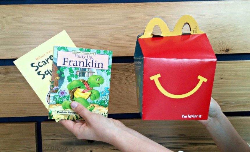 «Макдональдс» будет класть книги вдетское меню «Хэппи Мил»