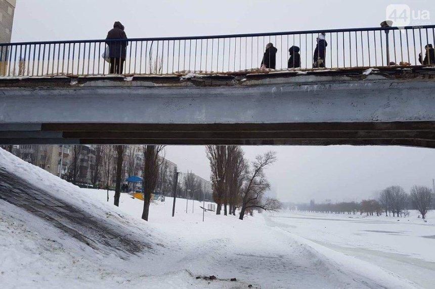 На Русановке рассыпается пешеходный мост (фото)