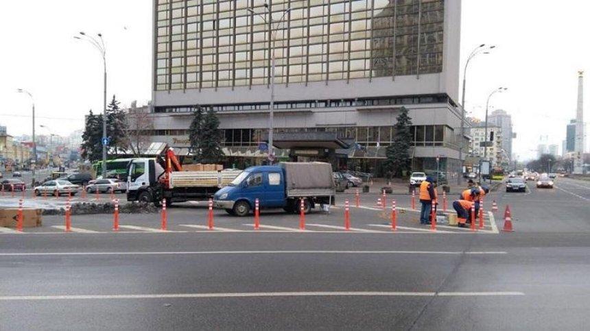 На площади Победы установили ограничительные столбики (фото)