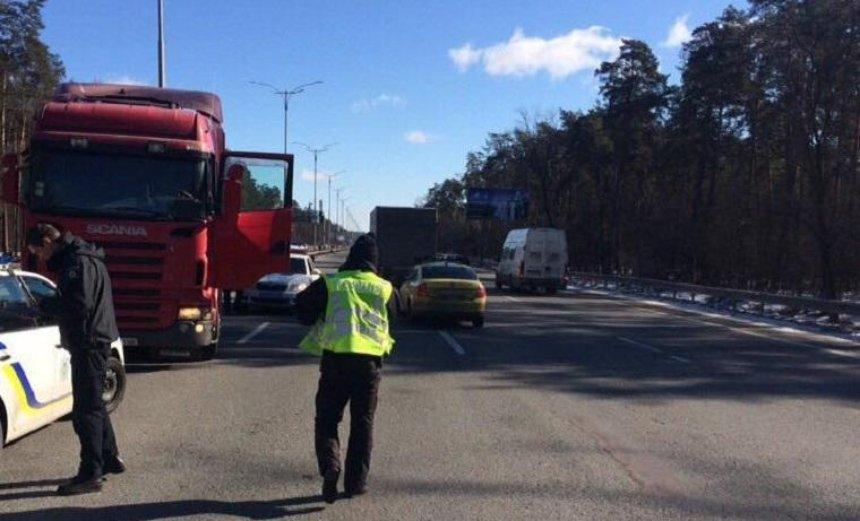 Под Киевом со станции техобслуживания угнали грузовик (видео)