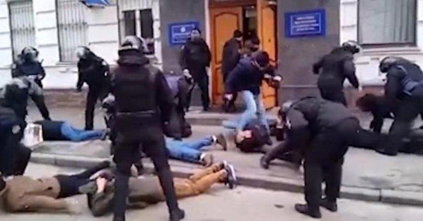 Генпрокуратура завела дела на полицейских, которые задерживали протестующих у Подольского отделения полиции