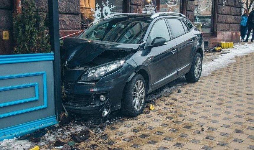 В центре столицы автомобиль врезался в террасу ресторана (фото, видео)