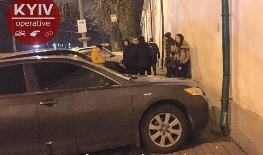Неизвестный проучил героя парковки, перегородившего тротуар у Киево-Печерской лавры