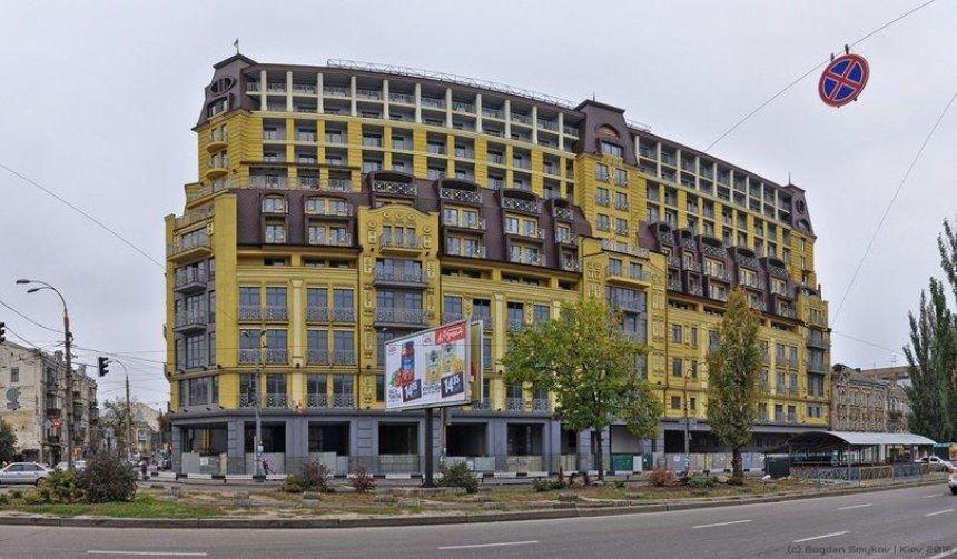 Квартиры в доме-монстре на Подоле начали продавать за бесценок
