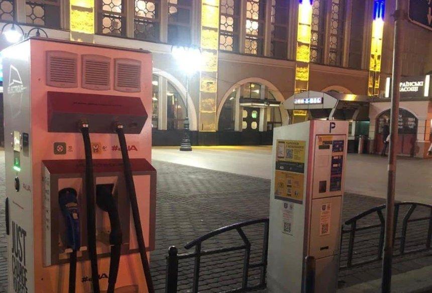 На Центральном вокзале Киева установили зарядки для электрокаров