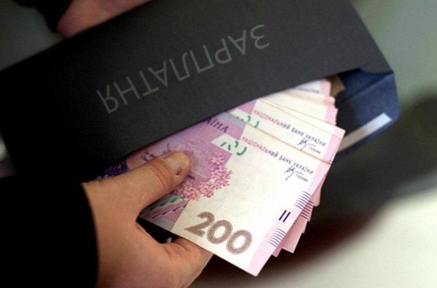 В январе средняя зарплата в Украине упала на 12,5%
