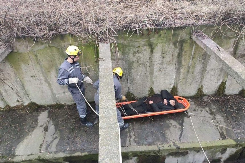 В районе КПИ мужчина упал на бетон и пролежал там три дня