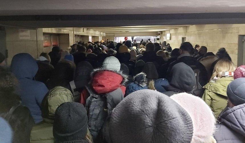 Настанциях киевского метро образовались огромные очереди: что произошло