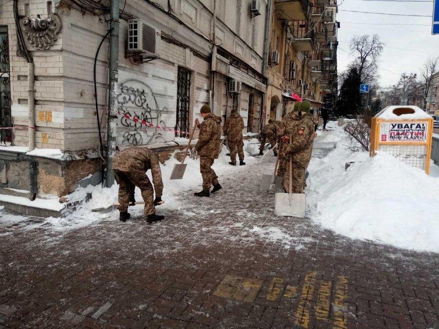 К уборке снега со столичных улиц привлекли президентский полк
