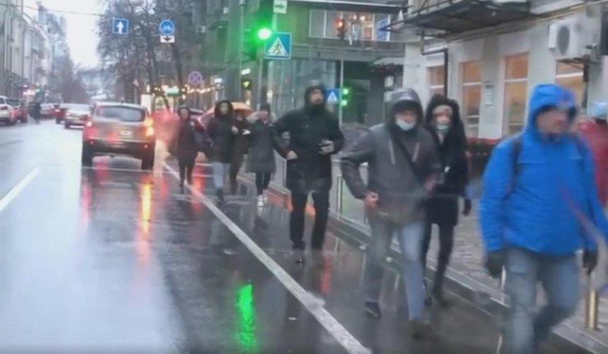 Из-за гололеда на Ярославом Валу пешеходы массово перешли на велополосы