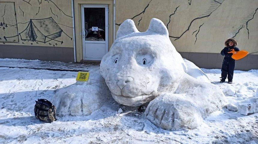 На Чоколовке появился огромный снежный кот: кто и зачем его слепил