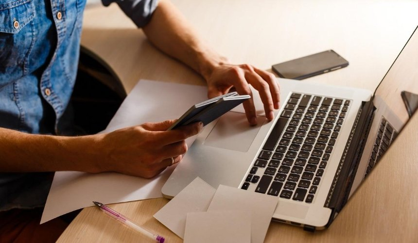Рада приняла закон о переходе на электронные трудовые книжки: что это значит