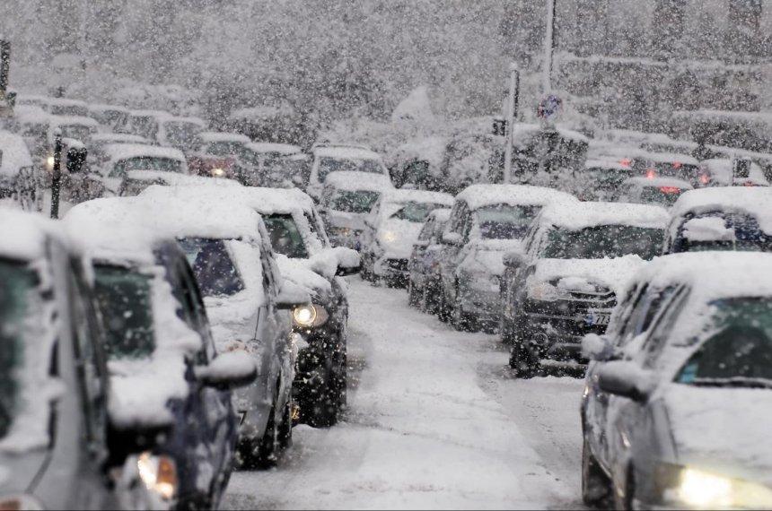 Снегопад в Киеве: на каких дорогах образовались пробки